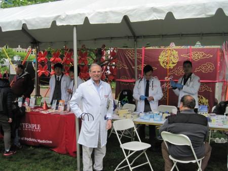 天普大學醫學院教授兼家庭和社區醫學系主任Stephen Permut醫生作為顧問,帶領天普醫學院亞裔年輕醫師為遊客提供免費醫療服務。(楊茜/大紀元)