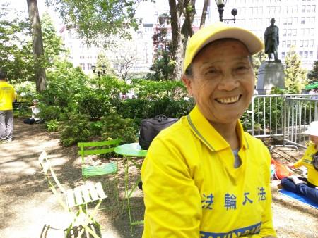 78歲高齡的高寶玉仍不辭勞苦四處參與大法活動,她代表家人感謝李洪志師父,祝師父節日快樂。(徐綉惠/大紀元)