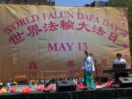 十歲的Serina Liu獻唱法輪聖王,慶祝世界法輪大法日。(徐綉惠/大紀元)