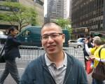 吴明来到美国已经十多年,在联合国公园附近开了一家干洗店。他被声势浩大的集会吸引来到公园,认真倾听演讲。(大纪元)