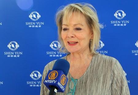 好莱坞著名影视明星、艾美奖得主Jean Smart第三次来观赏神韵。(新唐人电视台提供)