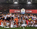 """意甲冠军尤文图斯经过加时1-0小胜AC米兰,夺得球队第11个意大利杯冠军,同创纪录地卫冕了""""双冠王""""。 (Giuseppe Bellini/Getty Images)"""