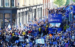 英超收官后,新科冠军莱斯特在莱斯特市进行夺冠庆祝游行,共有24万人参加。 (Alex Pantling/Getty Images)