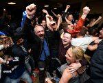 熱刺被切爾西逼平後,整個萊斯特城都沸騰了,球迷們為萊斯特創造的足壇神話而慶祝。 (LEON NEAL/AFP/Getty Images)