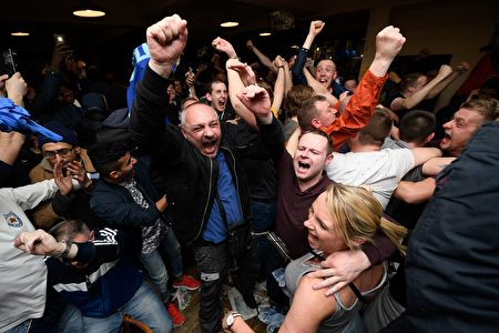 热刺被切尔西逼平后,整个莱斯特城都沸腾了,球迷们为莱斯特创造的足坛神话而庆祝。 (LEON NEAL/AFP/Getty Images)
