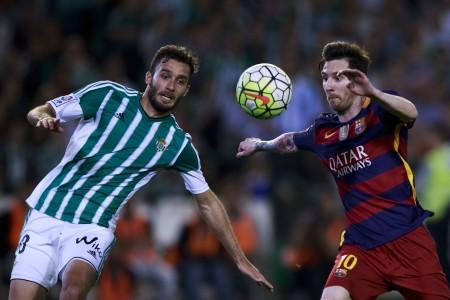 梅西(右)利用两次精准传球,帮助巴萨2-0战胜皇家贝蒂斯,继续领跑西甲积分榜。 (Gonzalo Arroyo Moreno/Getty Images)