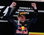 18岁荷兰小将维斯塔潘首次代表红牛出战便夺得西班牙站冠军,成为F1历史上最年轻的分站冠军。 (Mark Thompson/Getty Images)
