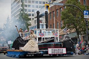 图:5月23日,维多利亚日庆典大游行的游行队伍正在表演。(大宇/大纪元)