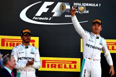 梅赛德斯车队的德国车手罗斯伯格(右)在俄罗斯站夺冠,实现跨赛季七连胜。(Clive Mason/Getty Images)