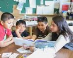 图:学生们在暑期班聚在一起通过阅读增加词汇量。(温哥华学校局提供)