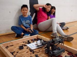 圖:學生們在暑期班製作並測試機械人。(溫哥華學校局提供)