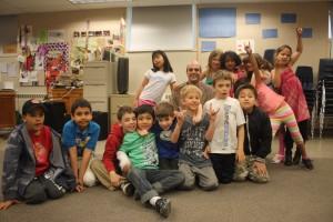 圖:學生們在暑期班課後聚在一起。(溫哥華學校局提供)
