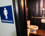 联邦政府最近发表的对变性者可自行选定使用男或女厕的政策已在全国引起轩然大波,也在各地区造成了许多争议。(Getty Images)