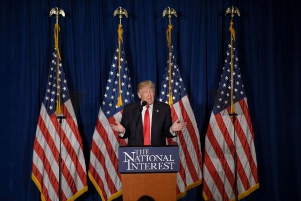 美国共和党总统参选人川普的经济政策击中了中共的软肋;两个月后,其外交政策再次痛击中共。图为川普在华盛顿五月花旅馆发表外交政策演讲。(Getty Images)
