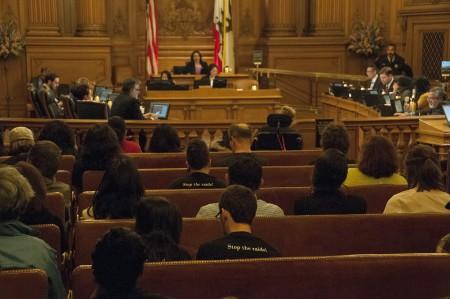 月24日舊金山市議會現場,擠滿了移民權益支持者。(周鳳臨/大紀元)