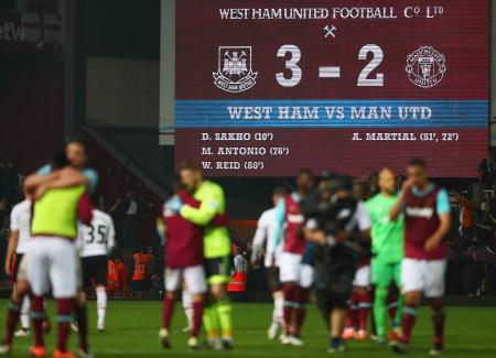 曼联在客场2-3不敌西汉姆联,拱手将争夺欧冠席位的主动权还给了曼城。 (Julian Finney/Getty Images)