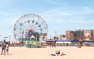 去海滩玩的时候,要记得做好防晒工作。 (李凯文/大纪元)