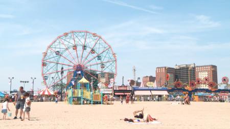 去海灘玩的時候,要記得做好防曬工作。 (李凱文/大紀元)