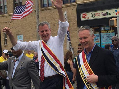 市长白思豪在游行队伍中。