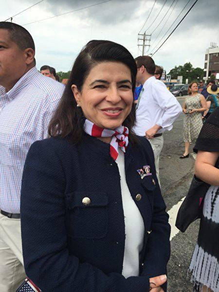 市议员卡普兰参加国殇日游行。