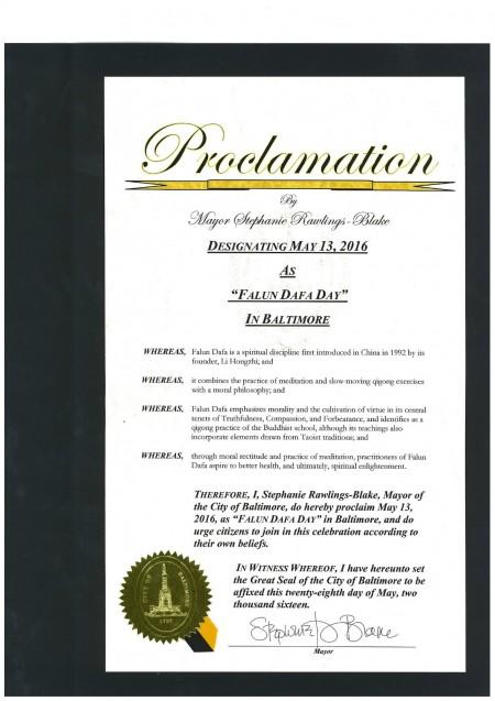 巴爾的摩市市長斯蒂芬妮‧洛林-布萊克(Stephanie Rawlings-Blake)為世界法輪大法日頒發褒獎。