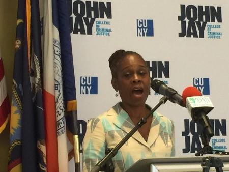 紐約市第一夫人麥克雷在心理健康表彰會上發言。 (施萍/大紀元)