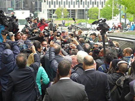 聯邦法庭外,蕭華遭到眾多媒體包圍。