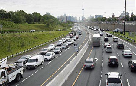 多伦多繁忙的道路上,有公交车、公司车、私家车、出租车、共享车、优步车、租赁车,现在又会出现出租的私家车。(加通社)