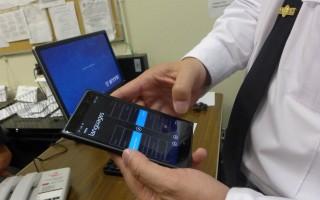吳銘恒展示手機上的語言翻譯軟件。 (蔡溶/大紀元)