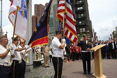 紐約華裔退伍軍人會在「華裔軍人忠烈坊」舉行莊嚴的紀念和獻花儀式。