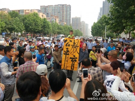 河南鄭州、南陽、洛陽、安陽、許昌、駐馬店等6座城市上千名家長示威抗議,呼籲教育公平。圖為安陽市抗議現場。(網絡圖片)