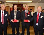 图为监交印信,左起:白杰熊总理、伍焕鹏总顾问、李柱燊总监堂、李伟强总理。 (洪门致公堂提供)