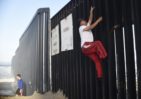 一名男子正在跨越美墨边境。 (RONALDO SCHEMIDT/AFP/Getty Images)