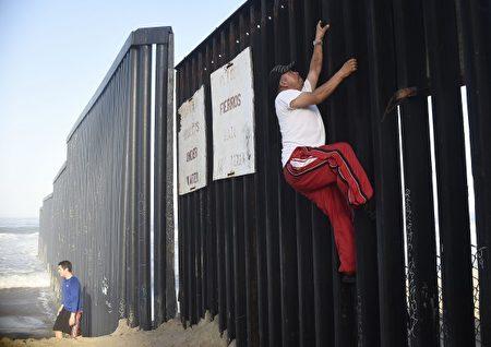 一名男子正在跨越美墨邊境。 (RONALDO SCHEMIDT/AFP/Getty Images)