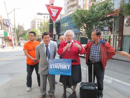 州參議員史塔文斯基(中)提整治法拉盛環境衛生的三點倡議,獲得市議員顧雅明(左一)和法拉盛華商會總幹事杜彼得(右)的支持。 (林丹/大紀元)