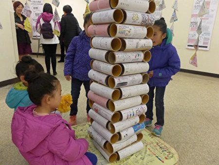 「孩子們的心聲」 展也吸引孩子們仔細閱讀。