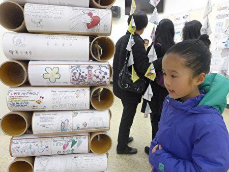 孩子們也跟著家長來看展覽。