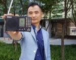 29日下午,朴成秀在仁川市某大厦顶层使用普通收音机确认了秘密电台清晰的播出效果。(朴成秀提供)