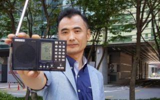 29日下午,朴成秀在仁川市某大廈頂層使用普通收音機確認了秘密電臺清晰的播出效果。(朴成秀提供)