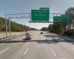北卡州交通部正在考虑是否开设I-40快速道。图为I-40通往机场的出口。(网络截图)