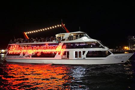 2016活力悉尼燈光音樂節期間,遊船也被裝點。(燕楠/大紀元)