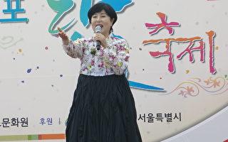 5月28日,韓國在首爾市中心的永登浦公園舉辦了具韓國特色的傳統端午慶典活動。圖為國寶級演員金星女在演唱。(洪梅/大紀元)