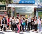 中国团体游客在首尔明洞。(全宇/大纪元)