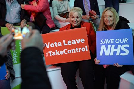 日前公投民調,支持脫歐的比例較支持留歐的比例高6個百分點。圖為4月15日,曼徹斯特,支持脫歐民眾。(OLI SCARFF/AFP)