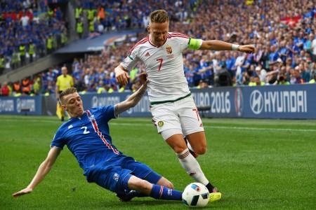 冰岛的博尔基塞瓦尔森(Birkir Saevarsson,左) 和匈牙利的德茹扎克(Balazs Dzsudzsak,右)在比赛中。 (ANNE-CHRISTINE POUJOULAT/Getty Images)