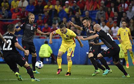 羅馬尼亞的托爾熱(Gabriel Torje,中) 試圖突破阿爾巴尼亞的重圍。(jeff pachoud/AFP)