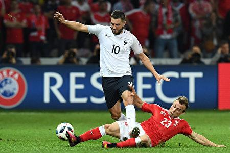 法國隊(Andre-Pierre Gignac vies) 瑞士隊球員( Xherdan Shaqiri)在比賽中。(FRANCK FIFE/AFP)