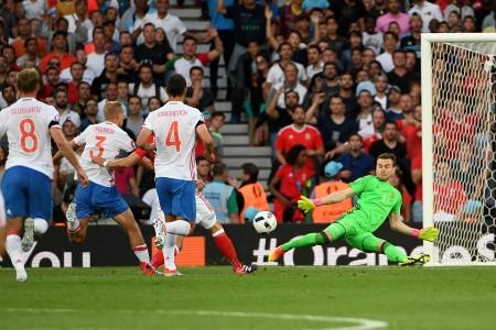 俄羅斯守門員阿金費耶夫(Igor Akinfeev,綠色球衣)試圖擋下威爾斯球員的射門。( PASCAL GUYOT / AFP)