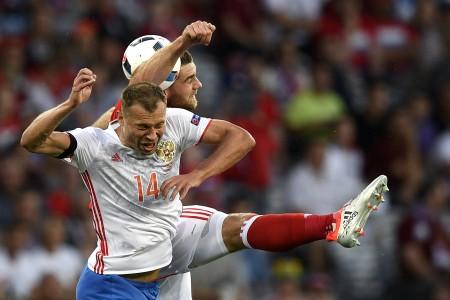沃克斯(Sam Vokes ,上)肘擊別列祖茨基( Vasily Berezutskiy,下)犯規。(MARTIN BUREAU/AFP)
