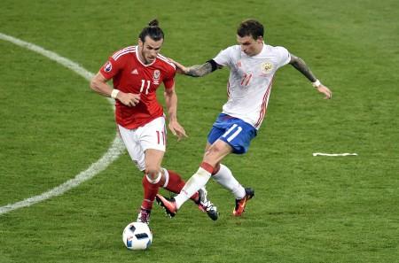 俄羅斯的馬馬耶夫(Pavel Mamaev,右)在比賽中因撞人犯規。 (Pascal PAVANI/AFP)